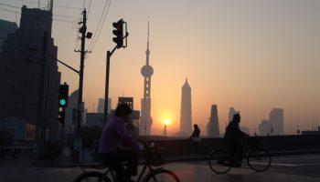 Radfahrer vor Sonnenaufgang